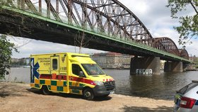 Opilá žena skočila v Praze z mostu do Vltavy: Z vody ji vytáhl přítel, podchlazená skončila v nemocnici