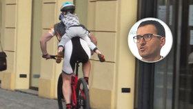 """Šílená jízda cyklisty: Syna (4) vezl Prahou """"na klíšťáka""""! Odborník: Nepochopitelné, měl by používat zdravý rozum"""