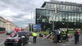 Na Evropské skončilo auto na střeše: Zaklíněného člověka vyprošťovali hasiči jedenáct minut