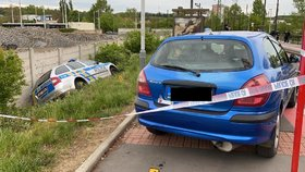 Nebezpečná honička v Hloubětíně: Výstřely, jízda po chodníku a policejní auto v příkopě