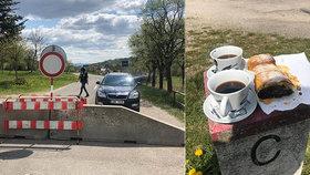 Láska koronaviru navzdory: Češi a Slováci se scházejí ke snídaním na hraničním kameni