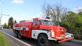 U běchovické sokolovny hořelo: Několik jednotek hasičů krotilo plameny z přístavku