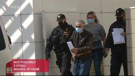 Útočník polil muže a jeho přítelkyni vařící vodou, pak je pobodal. K dramatu došlo na ubytovně v Poličce