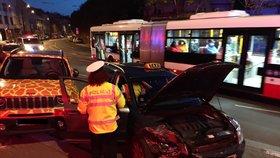 Smrt za volantem v Praze! Řidič (†62) zkolaboval a narazil do auta, oživovali ho půl hodiny