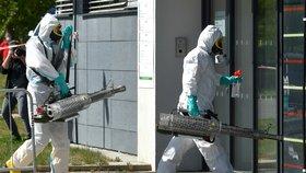 """Hasiči začali s dezinfekcí """"promořené"""" nemocnice v Chebu, testy čekají i příbuzné"""
