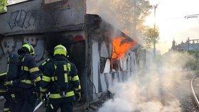 Na opuštěném nádraží Vyšehrad hořelo! Plameny zachvátily celou místnost, šlehaly z oken