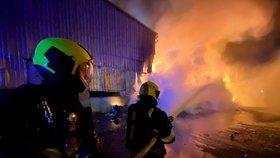 VIDEO: Boj s obřím požárem! V Praze hořelo 50 tun plastu poblíž cisterny s naftou. Dva hasiči se zranili