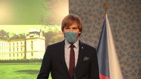 Vláda povolila Čechům sundat venku roušky. Od 25. května mají šanci i akce do 500 lidí