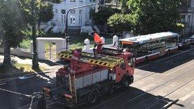 Velké komplikace na Výtoni: Kamion strhl trolej a ujel, tramvaje jezdí jinudy