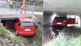 Muž ve Svitavách skončil pod mostem. Zahučel tam i s autem!