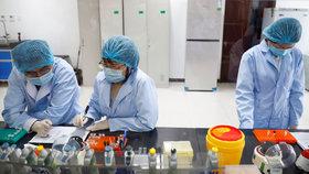 Šokující svědectví z kolébky koronaviru: Do laboratoře ve Wu-chanu přišla zásilka smrtících virů