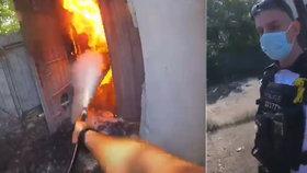 Kladenští policisté zachránili rodinný dům před požárem: Po týdnu si na hasiče zahráli znova!