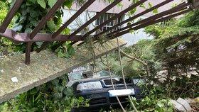 VIDEO: Kuriózní zásah na Smíchově: Auto sjelo ze silnice k domu, prolétlo plotem a zahučelo mezi stromy!