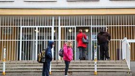 Žáci druhého stupně v Praze se vrací do lavic: K výuce jich nastoupí asi polovina
