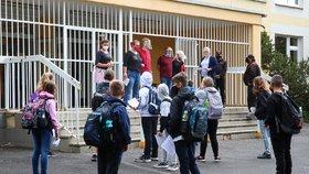 Pražské školy otevřely své brány: Roušky, více vchodů i venkovní učení. Kolik dětí dorazilo?