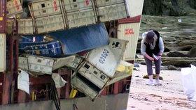 Na pláže moře vyplavilo roušky a další zásilky z Číny. Z lodi popadalo 40 kontejnerů