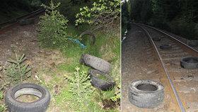 Někdo ze svahu shodil 19 pneumatik: Vlak vážně poškodily!