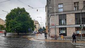 """Prasklé potrubí na Vinohradech: Po """"Míráku"""" se valila voda, úřad Prahy 2 je zavřený"""