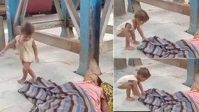 Šílené video šokovalo svět: Batole se snaží marně probudit svoji mrtvou maminku