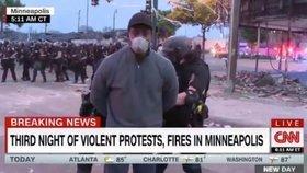 Reportéra CNN zatkli vpřímém přenosu. Protesty proti smrti černocha změnily město v bojiště