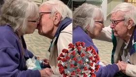 Manžele (91) a (89) rozdělil koronavirus. Setkání stařečků po měsících dojalo svět