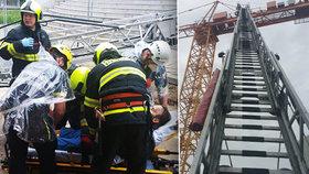 Hasiči v Praze 10 zachránili jeřábníka: V kabině se mu udělalo špatně