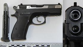 Na náměstí v Postoloprtech se střílelo! Ozbrojený muž pálil pistolí po řidiči v autě