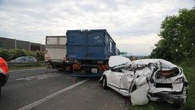 Kolony na D8! Silnici blokovala vážná nehoda auta a náklaďáků, pro stařečka (84) letěl vrtulník