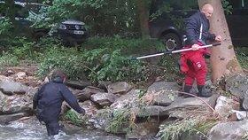 Seniorku (74), kterou smetla velká voda, nenašel ani dron. Policie nasadila potápěče