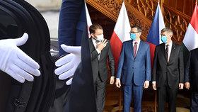 """Premiéři V4 """"ladí noty"""" na otevírání hranic a miliardy z EU. Rukavice odhodili na focení"""