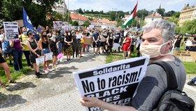 Proti policejní brutalitě a násilí i v Praze: Lidé prošli městem, u americké ambasády drželi minutu ticha