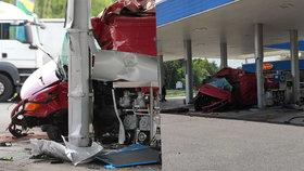 Dodávce upadlo kolo: Vletěla do benzinky u Hlavence, jeden mrtvý