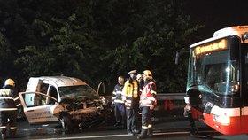 Vážná nehoda v Braníku: Autobus MHD se srazil s autem, řidiče museli vyprostit