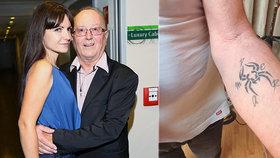 Petr Janda (78) o prvním tetování: Plíseň na kůži? Manželka Alice (38) s tím začala!