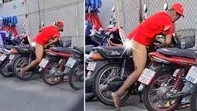 Motorkář se nestačil divit: S jeho mašinou na parkovišti souložil úchyl!