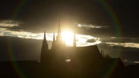 Nejmagičtější okamžik v roce! Mraky v Praze mysterium nezhatily. Slunce zapadlo nad hroby králů