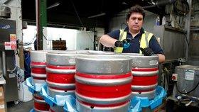 Pivní pohroma. Britské hospody vylévají 50 milionů litrů zlatavého moku kvůli koronaviru