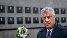Prezidenta viní za válečné zločiny v Kosovu. Thaçi se má zpovídat i ze stovky vražd