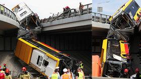 Kloubový autobus MHD se přetrhl v půli a zřítil se z nájezdu! Zemřel jeden člověk