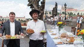 Sousedská slavnost na Karlově mostě. K půlkilometrovému stolu zve Pražany kavárník Kobza
