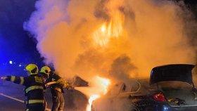 Na Rozvadovské spojce hořelo auto. Za osm minut téměř lehlo popelem
