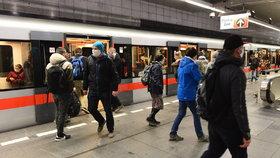 V metru od září ubyly miliony cestujících. Dopravní podnik na jízdném ztratí přes miliardu
