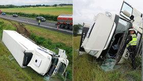 Kamion se u Poděbrad převrátil na bok: O život řidiče bojovali náhodní svědci!