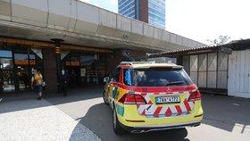 VIDEO: Neštěstí na lince B. Pod metro na Nových Butovicích spadl muž (40), provoz stojí
