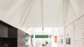 Do temného interiéru vnesla denní světlo speciálně tvarovaná střecha