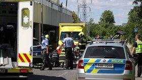 Matce na Kladensku za jízdy vypadlo dítě (†4): Táhla ho za autem a pak přimáčkla k jinému, tvrdí svědci