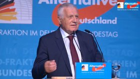 Klaus v němčině varoval před zneužitím pandemie. Pozvala si ho kontroverzní AfD