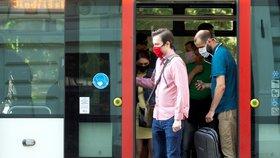 Hygienička varuje: Roušky jsou povinné v Praze i na zastávkách. Omezení barů se bude řešit