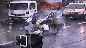 Hrdinové všedního dne: Auto v Praze 6 srazilo chodce (50), svědci neváhali a začali ho oživovat
