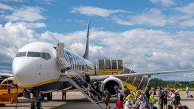Letiště v Pardubicích ožívá. Češi v rouškách odletěli do španělského Alicante